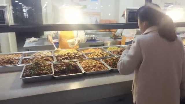 高校食堂现奇葩标语:阿姨的手不抖