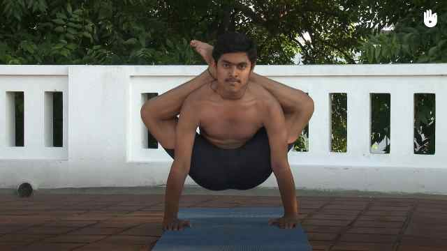 印度古式瑜伽教学:双腿绕头合十式