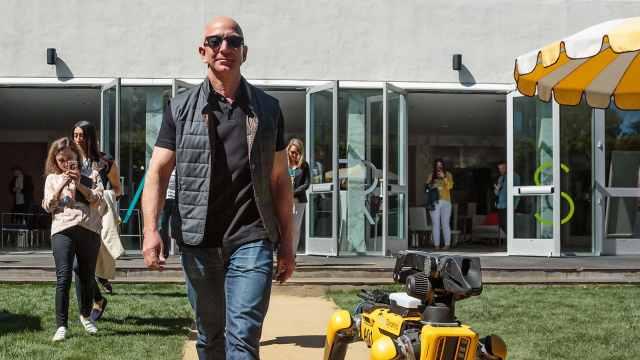 贝索斯晒照:世界首富遛机器狗散步