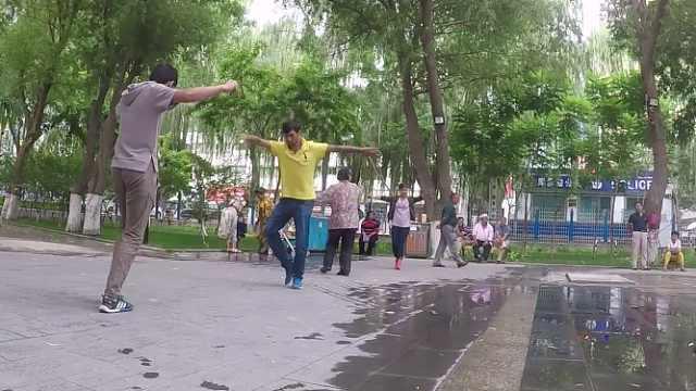 小伙子带你们看不一样的维族广场舞