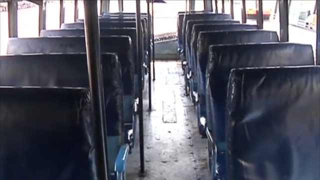 险!印度女子公共汽车上生下男孩