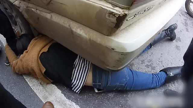 摩托男被查,妻子躺警车下阻碍执法