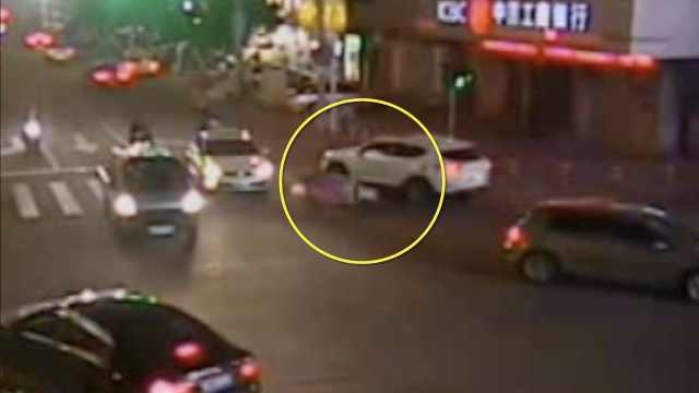 他夜间驾驶撞到人,误踩油门又碾人