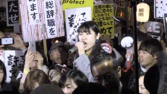日本民众抗议,上万人堵安倍家门口