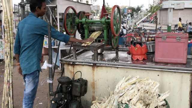 印度神操作榨甘蔗汁:一根要榨N遍