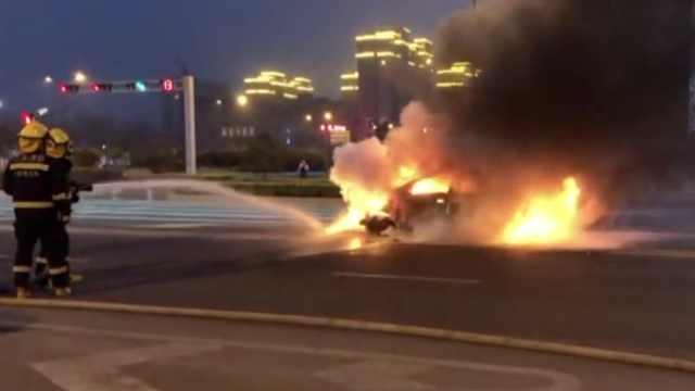 电动轿车等红灯时,突然起火