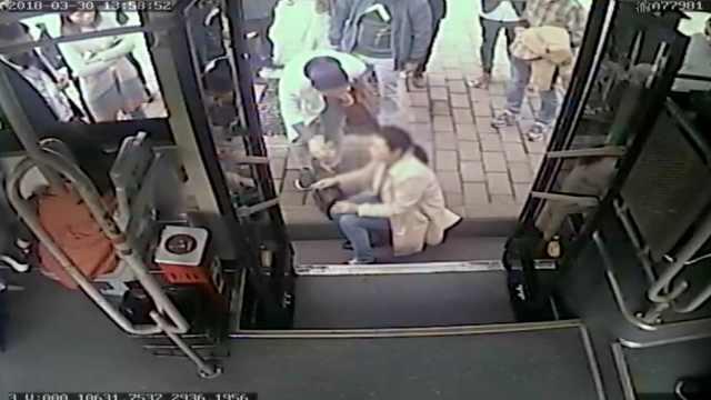 公交司机停车救人,被投诉借故偷懒