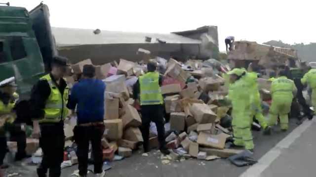 快递车高速路上侧翻,上千包裹散落