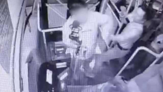 男子扬言抢劫公交,还辱骂殴打乘客
