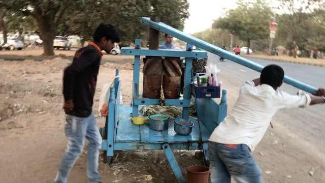 印度小哥神操作:推磨还是榨甘蔗汁
