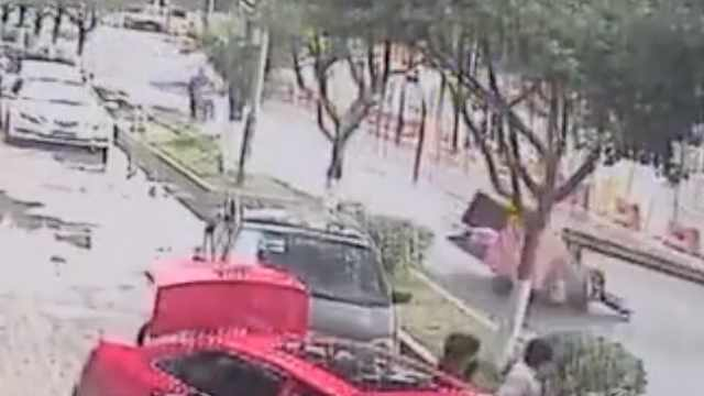 一吨钢板坠落,与三轮司机擦肩而过