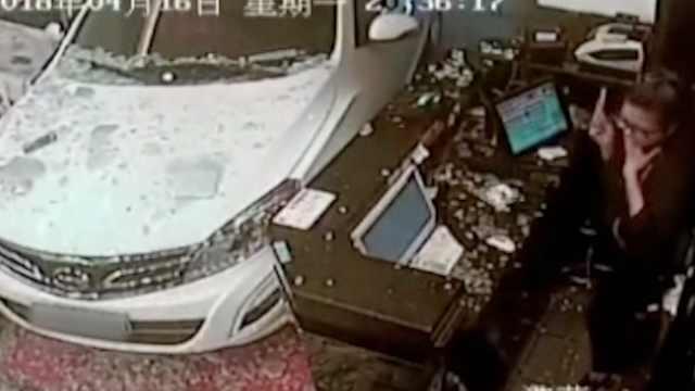 司机油门当刹车,冲进餐馆吓坏店员