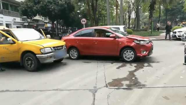 2车路口相撞,女司机:19年来第1次