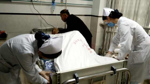 五保老人患病做手术,乡邻熬夜照顾