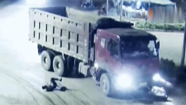 电动车被大货车碾压,司机死里逃生
