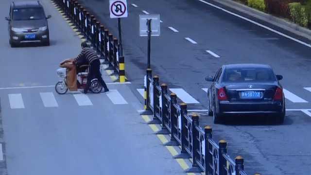 司机礼让行人,下车帮助老人过马路