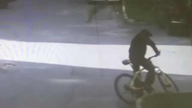 扔车锁引起警察怀疑,偷车贼栽了