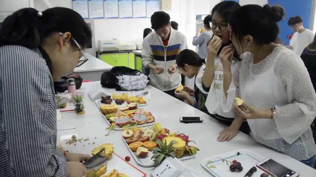 实验课教认识水果,学生用完就吃掉