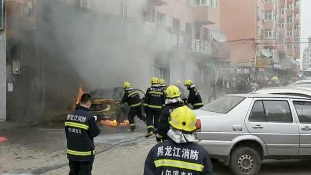 惊心一幕!轿车着火,女子及时被拖出