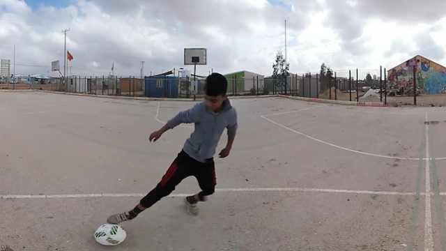 15岁男孩难民营踢球:想当世界巨星