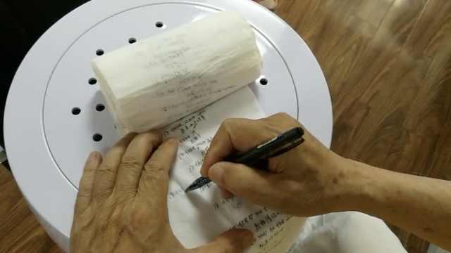 牛!8旬老翁自学英语,用厕纸做笔记