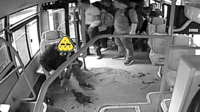 乘客公交吐血栽倒,监控记录惊魂1幕