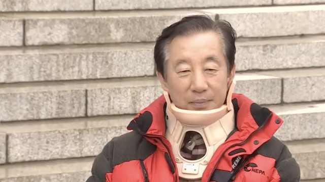 韩反对党议员示威,被市民一拳打倒