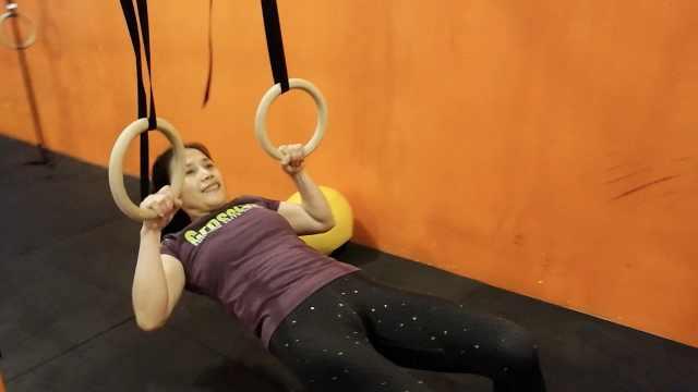 55岁大姐健身15年,徒手翻300斤轮胎