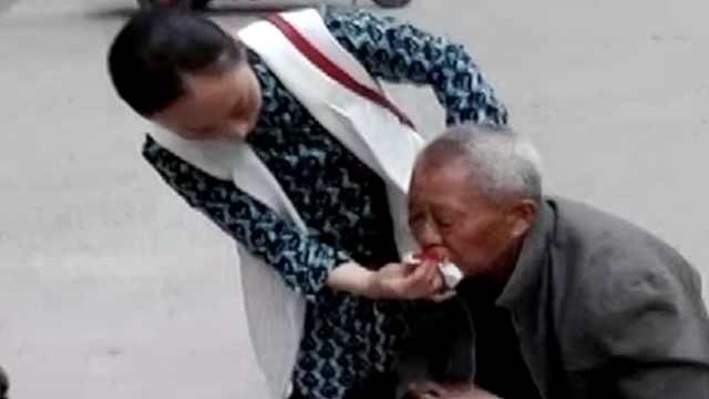 8旬老人摔破嘴,过路女护士开车送医