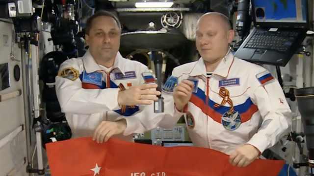 俄宇航员太空祝福祖国,潇洒扔话筒