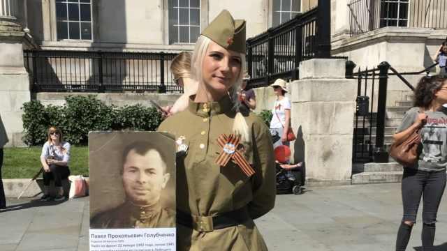 伦敦纪念二战胜利,举逝者照片游行
