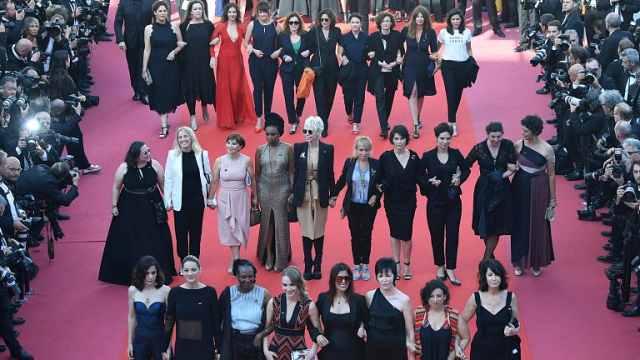 82名女电影人戛纳红毯抗议性别失衡