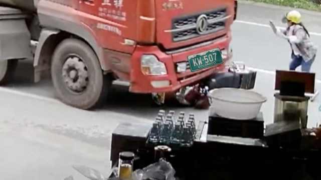 惊险!女司机骑电动失控撞上大货车