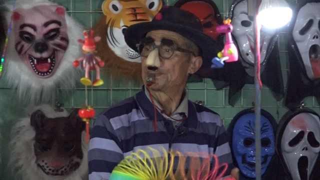 """74岁大爷扮""""小丑"""":想哄老婆开心"""