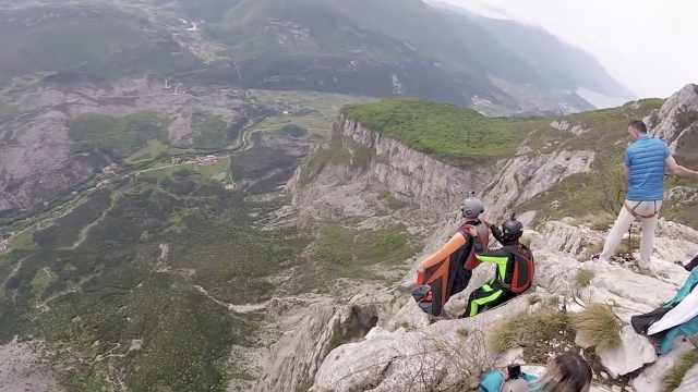 刺激!极限运动爱好者从峭壁上跳伞