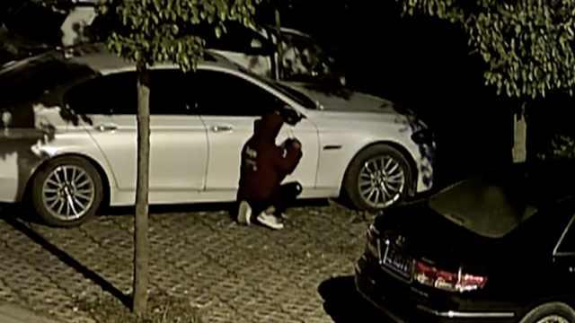 2男撬豪车后视镜,竟留qq号方便勒索
