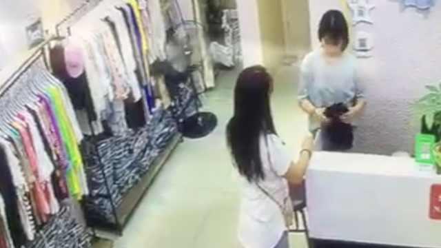 2女子服装店打配合,鬼手换假钞