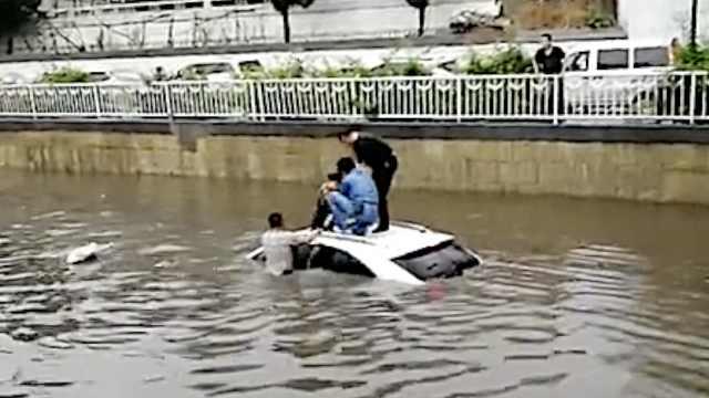 女司机被水围困,3男跳水砸天窗救人