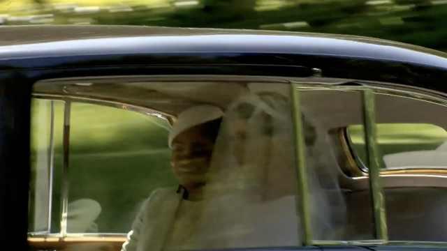 新娘来了!梅根穿婚纱乘车出场