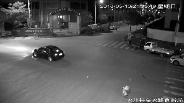 女司机一脚油门,2男过马路被撞飞