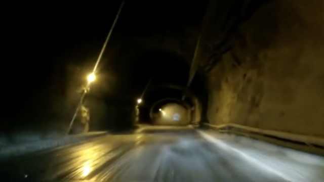 隧道内水雾诡异起伏,网友:好吓人