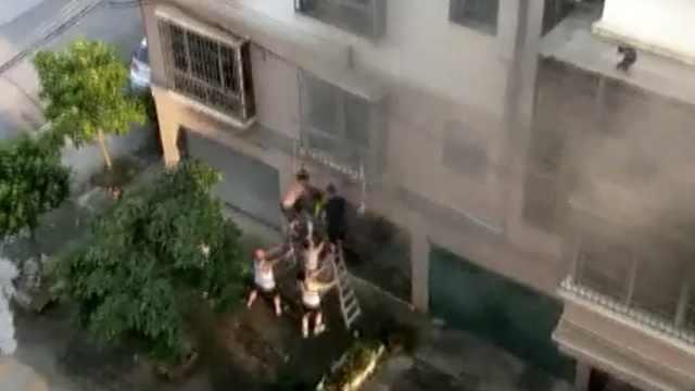 男孩困2楼火场,邻居架梯撬窗救人