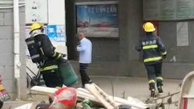 消防员火场提漏气煤气罐,网友点赞