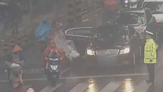 等红灯小车突然开门,撞晕骑车女子