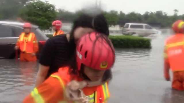 越野车被困积水中,消防背出司乘