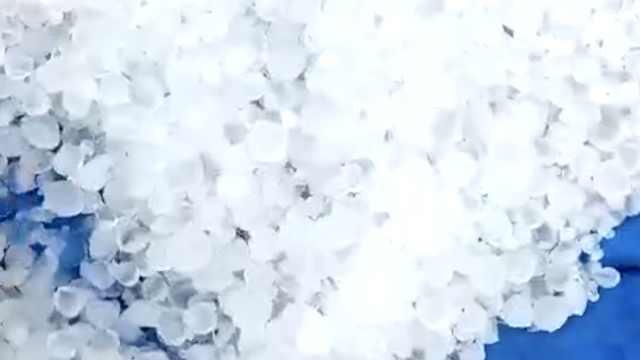 黑龙江突降冰雹,白茫茫一片如积雪