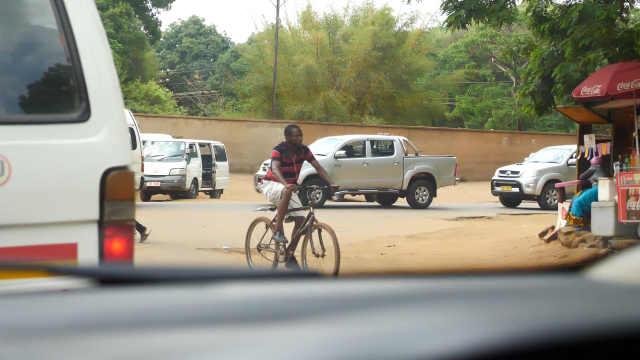 原来在非洲首都也堵车