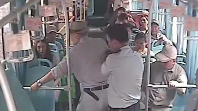 暖心!公交司机搀扶年迈老人上下车