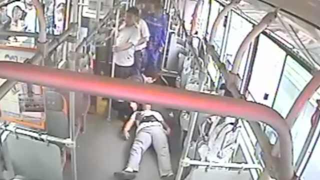 小伙车厢内晕倒,40乘客20秒腾空车