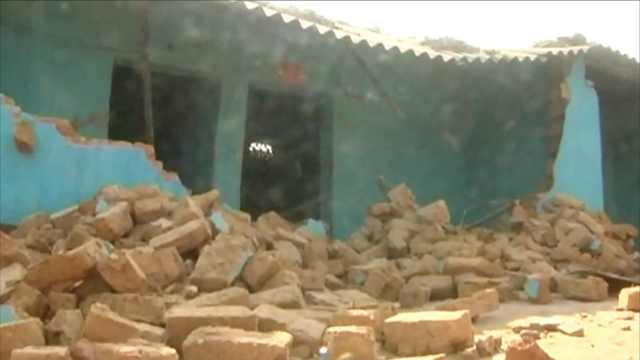印度30头野象下山,把村屋弄得稀烂